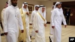 وزیر نفت عربستان، علی النعیمی، وسط تصویر در حال ورود به نشست دوحه - ۲۹ فروردین ۱۳۹۵