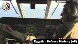 图为一支埃及飞机搜寻队伍在地中海搜寻失踪的埃及航空804航班。