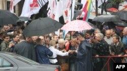 Юлия Тимошенко в окружении своих сторонников у здания Печерского райсуда в Киеве. 29 июня 2011г.