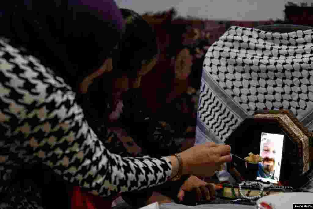 ملاقات افطاریی زن فلسطینی با شوهرش که پرستار است و از بیماران مصاب به کووید۱۹ مراقبت میکند.