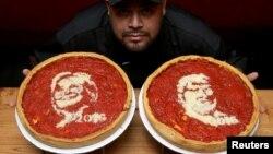 El cocinero Fabián Martínez posa con pizzas decoradas con imágenes de Hillary Clinton y Donald Trump en Giordano' Pizzeria, en Chicago, Illinois.
