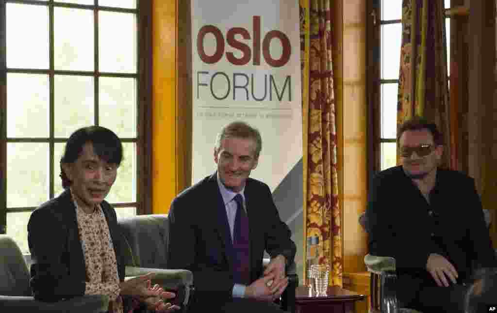 Từ trái, bà Aung San Suu Kyi, Ngoại trưởng Na Uy Jonas Gahr Stoere và ca sĩ Bono nói chuyện với truyền thông tại Oslo, ngày 18 tháng 6 năm 2012.