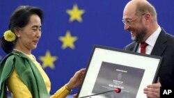 NLD ဥကၠဌ ျပည္သူ႔လႊတ္ေတာ္ကိုယ္စားလွယ္ ေဒၚေအာင္ဆန္းစုၾကည္ Sakharov ဆုကို လက္ခံရယူေနစဥ္ (၂၂ ေအာက္တိုဘာ ၂၀၁၃)