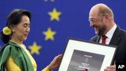 Tokoh pro demokrasi Burma Aung San Suu Kyi menerima penghargaan Uni Eropa untuk hak asasi, Piagam Sakharov, Selasa (22/10).