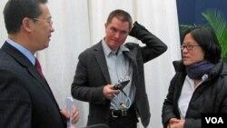 2010年,时任路透社记者的储百亮(中)和时任美国之音记者的何宗安(右)与中国外交部官员马朝旭交谈。(美国之音张楠拍摄)