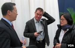 2010年時任路透社記者的儲百亮(中)和時任美國之音記者的何宗安(右)與中國外交部官員馬朝旭交談。(美國之音張楠拍攝)