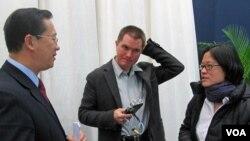 2010年,時任路透社記者的儲百亮(中)和時任美國之音記者的何宗安(右)與中國外交部官員馬朝旭交談。(美國之音張楠拍攝)