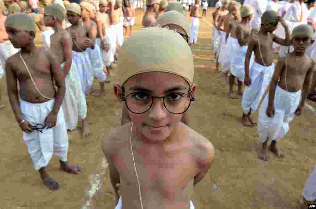 در یک گردهمآیی نمادین هزار کودک هندی برای ترویج زندگی ساده و جلوگیری از اسراف خود را مانند مهاتما گاندی آراسته اند