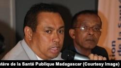 Le Ministre de la Santé Publique, Pr Mamy Lalatiana Anadrianarivo, en pleine discussion avec les journalistes à Antananarivo, 28 septembre 2017. (Facebook/ Ministère de la Santé Publique Madagascar)