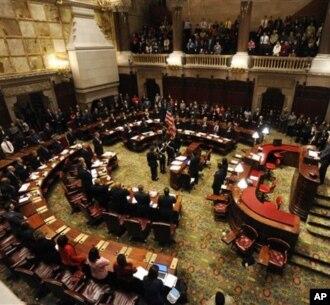 Anggota lembaga elektoral di New York bertemu untuk meresmikan pemilihan Presiden Barack Obama dan Wakil Presiden Joseph Biden. (Foto: AP)