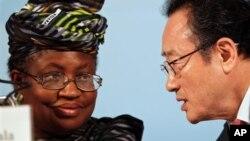 Ministar Ma'aikatan Kudin Najeriya Ngozi Okonjo-Iweala da shugaban bankin duniya Sakong