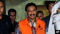 Mantan Menteri Pemuda dan Olahraga, Andi Mallarangeng dikawal oleh para petugas kepolisian menuju rumah tahanan KPK, seusai menjalani pemeriksaan selama enam jam di kantor KPK, Kamis (17/10).
