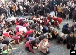 资料照:浙江乐清蒲岐镇寨桥村村民下跪乞求还村长钱云会公正。(2012年5月)