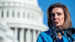 Ketua DPR AS Nancy Pelosi memberikan konferensi pers di luar gedung Capitol (24/9).