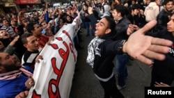 Para demonstran memperingati HUT ke-2 jatuhnya Mubarak dengan melakukan unjuk rasa di Lapangan Tahrir, Kairo (11/2).