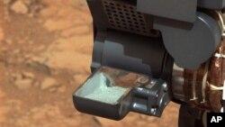 由美國太空總署公佈的這張圖片顯示﹐好奇號火星探測車裝有火星岩石粉塵。