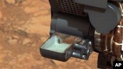 Образцы породы, добытой в результате бурения марсианского грунта. В этом каменном порошке, приборы «Кьюриосити» смогли найти ряд компонентов, играющих критически важную роль для зарождения и поддержания жизни.