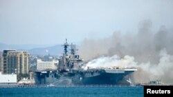 Kapal-kapal Kepolisian Pelabuhan San Diego berjuang memadamkan api di USS Bonhomme Richard di Pangkalan TNI Angkatan Laut di San Diego, 12 Juli 2020.