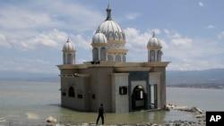 Sebuah masjid yang terbenam air di Palu.