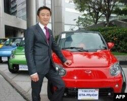 EuAuto集团主席孙国华与该公司研发的环保电动车mycar