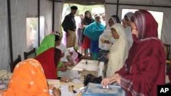 پاکستان کے زیر انتظام کشمیر میں خواتین ووٹ ڈال رہی ہیں۔ فائل فوٹو