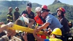 Un menor es rescatado de entre los escombros en Casamicciola, en el norte de la isla de Ischia, en Italia.