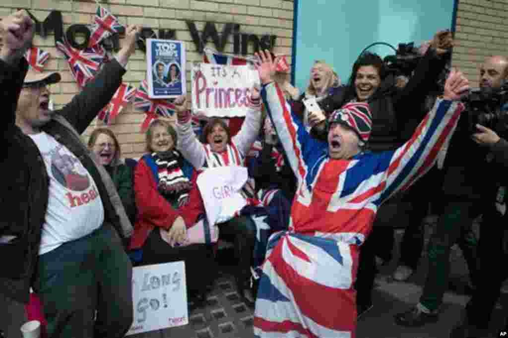 بچی کی ولادت کی خبر سنتے ہی لندن میں موجود لوگوں نے خوشی سے نعرے لگائے۔