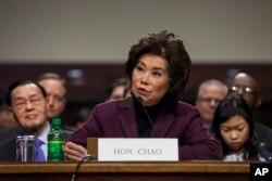 Elaine Chao, nominada a Secretaria de Transporte, testifica en una audiencia de la Comisión de Comercio, Ciencia y Transporte del Senado durante su audiencia de confirmación.