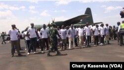Ba ex-combattants ya M23 na bozongi na bango kowuta Ouganda na aéroport ya Goma, Nord-Kivu, le 26 février 2019. (VOA/Charly Kasereka)