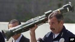 Šef losandjeleske policije Čarli Bek pokazuje ručni bacač preuzet za vreme otkupa oružja.