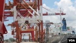 Kapal barang bersandar di pelabuhan Banjarmasin, Kalimantan Selatan. Pelabuhan tol laut ini sudah mengoperasikan peralatan canggih dan ramah lingkungan (Foto: VOA/Petrus)
