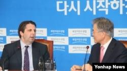 마크 리퍼트 주한 미국대사(왼쪽)가 29일 한국 국회 새정치민주연합 당 대표실에서 문재인 대표를 예방하고 있다.