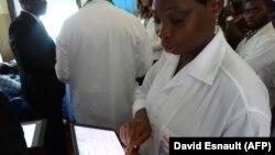Utilisation d'une tablette tactile dans le service pionnier de télémédecine dédié aux maladies cardiaques de l'hôpital de Bouaké, en Côte d'Ivoire le 20 juin 2019.