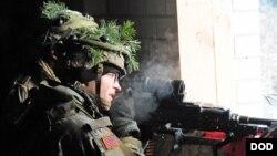 Một lính dù Hoa Kỳ tham gia vào tập trận của NATO tại một trung tâm huấn luyện tại Pabrade, Lithuania, ngày 29 tháng 11 năm 2016.