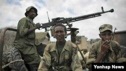 키스마요 외곽에서 장갑차 위에 앉아있는 소말리아 정부군 병사들 (자료사진)
