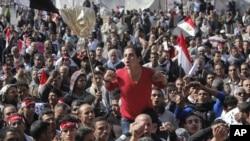 2013年2月8日开罗解放广场上埃及抗议者呼喊反政府口号。