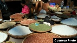 Beras-beras yang dijual di pasar di Tana Toraja, Sulawesi. (Foto: Dok)