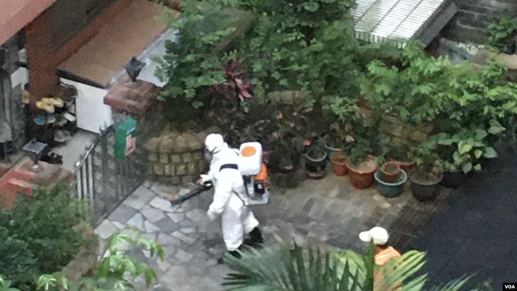 台湾卫生单位到新北市的社区进行消毒(美国之音 陈筠摄)(photo:VOA)
