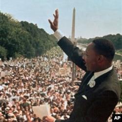"""1963年8月28日,马丁.路德.金博士在华盛顿林肯纪念堂发表""""我有一个梦想""""得演说时向民众招手"""