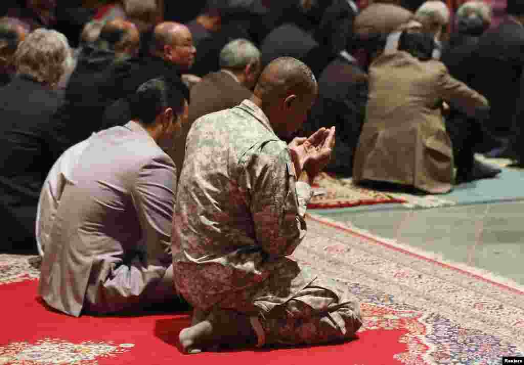 ایک امریکہ فوجی واشنگٹن نیشنل کتھیڈرل میں جمہ کے نماز کی ادائیگی میں شامل ہے
