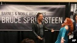 """Bruce Springsteen cumprimenta uma fã na apresentação da sua autobiografia """"Born to Run"""" numa livraria de Freehold, na Nova Jérsia, a sua terra natal."""