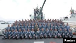 2018年4月12日,在南中國海上,中國國家主席習近平(第二排中間)在長沙號驅逐艦上閱兵,同中國人民解放軍海軍軍人合影留念。