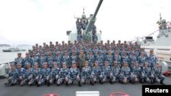 2018年4月12日,在南中国海上,中国国家主席习近平在长沙号驱逐舰上阅兵,同中国人民解放军海军军人合影留念。