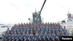 Chủ tịch Trung Quốc Tập Cận Bình chụp ảnh chung với các thủy thủ trên một tàu chiến của nước này ở Biển Đông hồi tháng Tư.