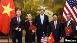 미국과 베트남이 지난달 24일 하노이에서 미국 평화봉사단 파견에 합의한 후 서명식을 가졌다. 왼쪽부터 데드 이시어스 베트남 주재 미국 대사, 캐롤린 헤슬러-래덜릿 미국 평화봉사단(Peace Corps) 단장, 존 케리 미국 국무장관, 팜 쾅 빈 미국 주재 베트남 대사, 팜 빈 민 베트남 부총리 겸 외무장관. (자료사진)