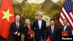 Direktè Kò de Lapè a (Peace Corps) Carolyn Hessler Radelet (2èm agoch) avèk Anbasadè vietnamyen an Ozetazini, Pham Quang Vinh (adwat) poze pou yon foto avèk Sekretè Deta ameriken an, John Kerry (mitan), Anbasadè ameriken an nan Vyetnam Ted Osius (agoch) epi Vis-Premye Minis Vyetnam nan.