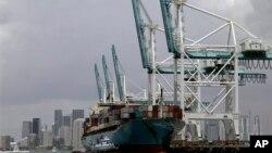 지난 5월 미국 마이애미 항에서 컨테이너를 선적하는 선박.