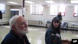 维州阿灵顿市投票站负责人沃尔泽(左)