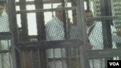 Các nhà báo Mohamed Fahmy, Peter Greste và Baher Mohamed bị bắt hôm 29 tháng 12, 2013 trong lúc tường thuật về tình trạng bất ổn ở Cairo cho đài truyển hình Al-Jazeera