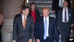 Prezidan Trump ap mache ak prezidan chanm depite Paul Ryan nan Capitol Hill madi 19 jen , 2018. AP/ J.Scott Applewhite.
